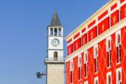 Tirana, de Klokkentoren en een van de nieuw geschilderde ministeries.