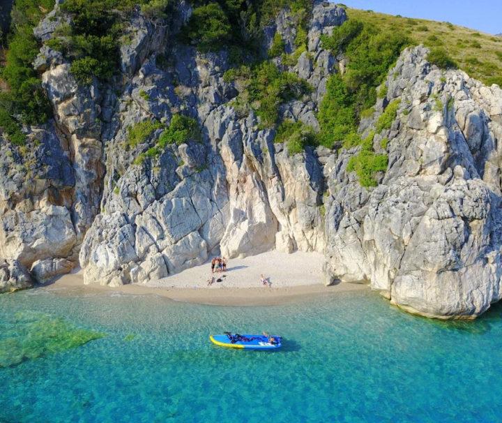 Strand in Zuid-Albanië