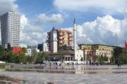 Het Skanderbeg plein in Tirana met klokkentoren en moskee in de achtergrond