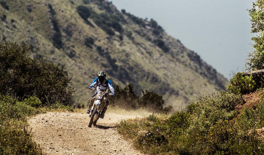 motorrijder schuurt met zijn motor langs bergwegen in Albanie