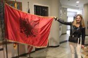 Nederlands meisje toont de vlag van Albanie