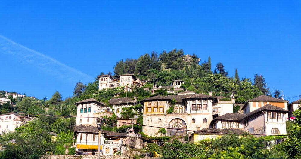 traditionele huizen in Gjirokaster gebouwd tegen een heuvel