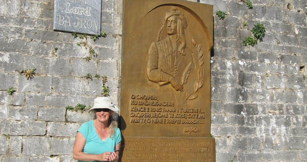 Tessa voor de muur van het oude kasteel voor plaquette Byron.