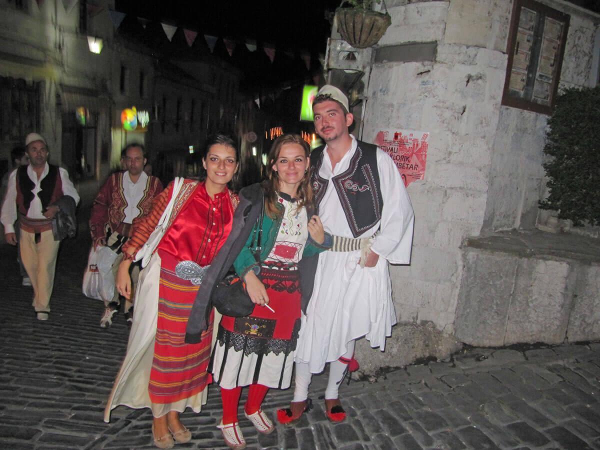 jonge mensen gjirokaster festival albanie