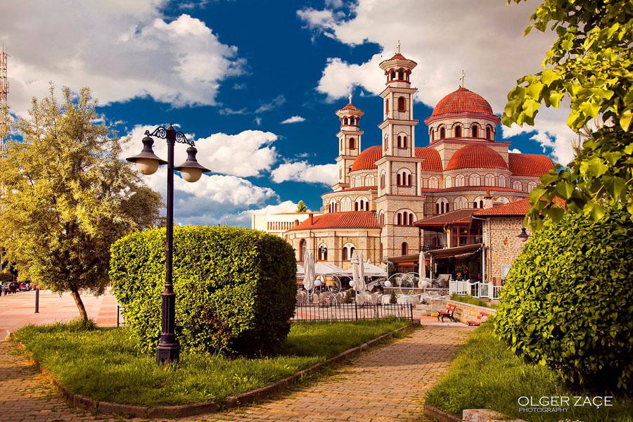De-orthodoxe-kerk-in-het-centrum-van-Korca-Albanie