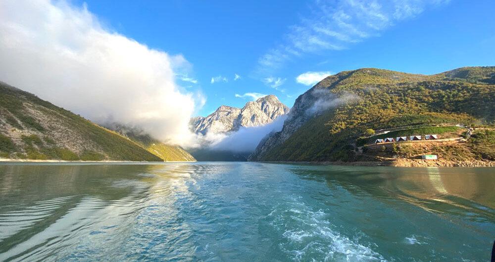 Een magische reis door de fjorden van Albanië. Berglandschap en water.