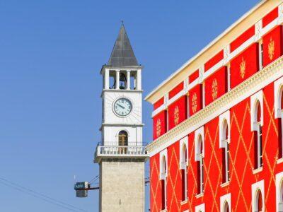 De klokkentoren in Tirana