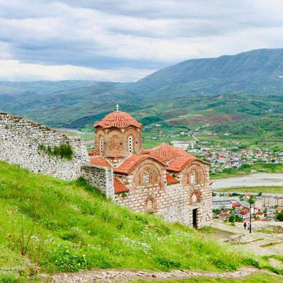 Berat kerk in de heuvel